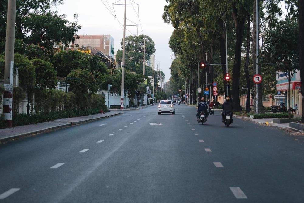 Ảnh: Đường phố Sài Gòn đông đúc trong buổi chiều cuối cùng thực hiện giãn cách xã hội - Ảnh 10.