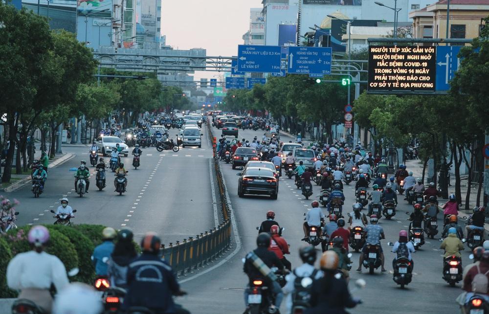 Ảnh: Đường phố Sài Gòn đông đúc trong buổi chiều cuối cùng thực hiện giãn cách xã hội - Ảnh 11.
