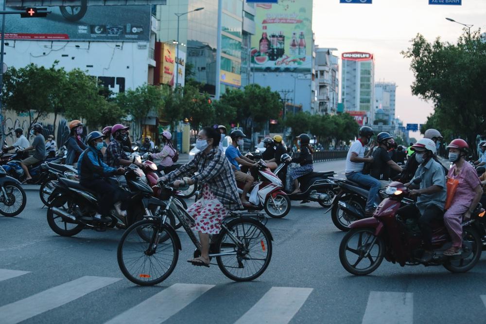 Ảnh: Đường phố Sài Gòn đông đúc trong buổi chiều cuối cùng thực hiện giãn cách xã hội - Ảnh 12.