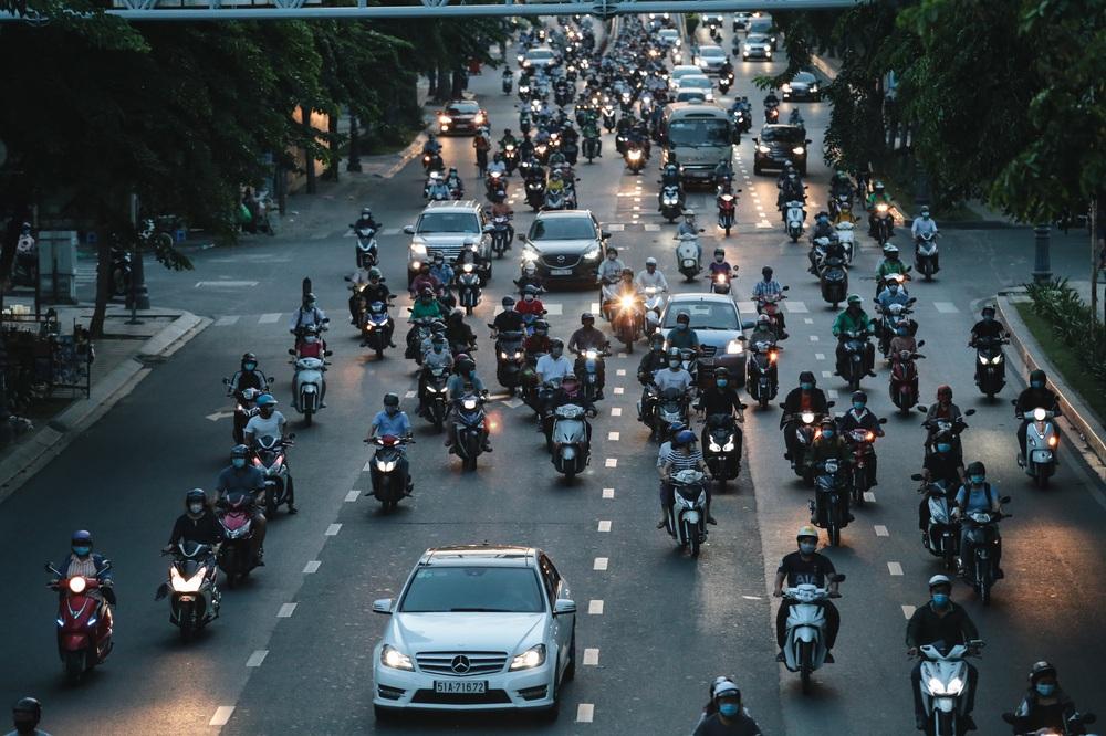 Ảnh: Đường phố Sài Gòn đông đúc trong buổi chiều cuối cùng thực hiện giãn cách xã hội - Ảnh 16.