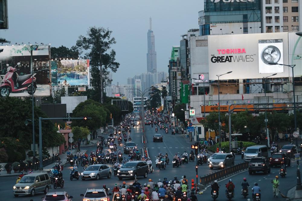 Ảnh: Đường phố Sài Gòn đông đúc trong buổi chiều cuối cùng thực hiện giãn cách xã hội - Ảnh 15.
