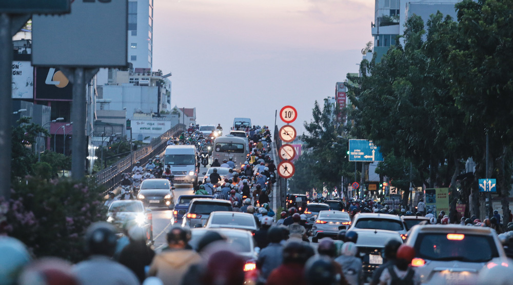 Ảnh: Đường phố Sài Gòn đông đúc trong buổi chiều cuối cùng thực hiện giãn cách xã hội - Ảnh 18.
