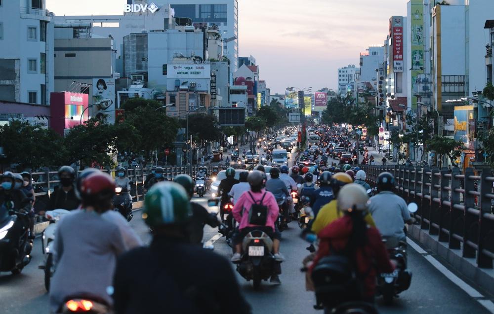 Ảnh: Đường phố Sài Gòn đông đúc trong buổi chiều cuối cùng thực hiện giãn cách xã hội - Ảnh 17.