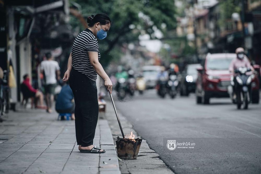 Ngày đầu Hà Nội nới lỏng giãn cách xã hội, người dân thong thả đi mua hoa thắp hương mùng 1 đầu tháng - Ảnh 8.
