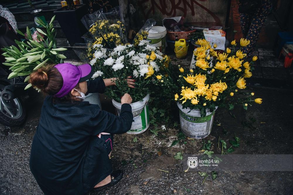 Ngày đầu Hà Nội nới lỏng giãn cách xã hội, người dân thong thả đi mua hoa thắp hương mùng 1 đầu tháng - Ảnh 6.