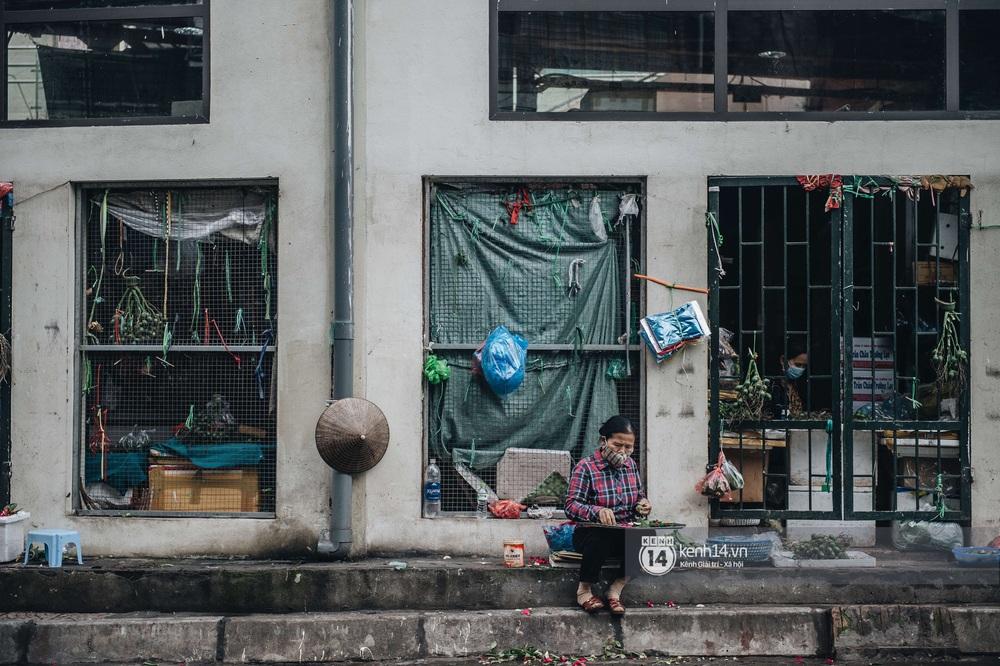 Ngày đầu Hà Nội nới lỏng giãn cách xã hội, người dân thong thả đi mua hoa thắp hương mùng 1 đầu tháng - Ảnh 5.