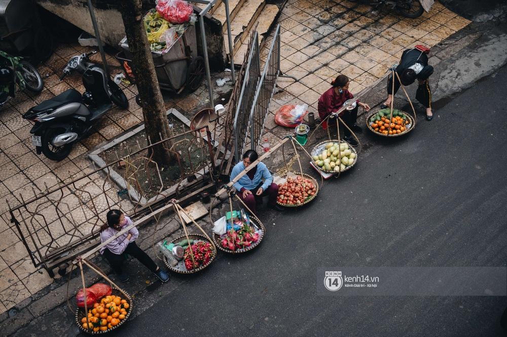 Ngày đầu Hà Nội nới lỏng giãn cách xã hội, người dân thong thả đi mua hoa thắp hương mùng 1 đầu tháng - Ảnh 4.