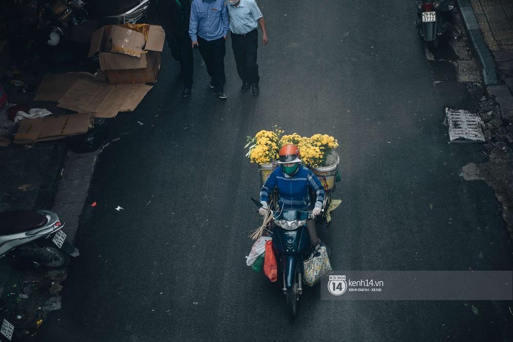 Ngày đầu Hà Nội nới lỏng giãn cách xã hội, người dân thong thả đi mua hoa thắp hương mùng 1 đầu tháng - Ảnh 3.
