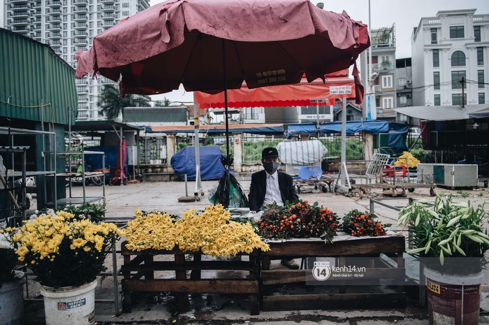 Ngày đầu Hà Nội nới lỏng giãn cách xã hội, người dân thong thả đi mua hoa thắp hương mùng 1 đầu tháng - Ảnh 1.