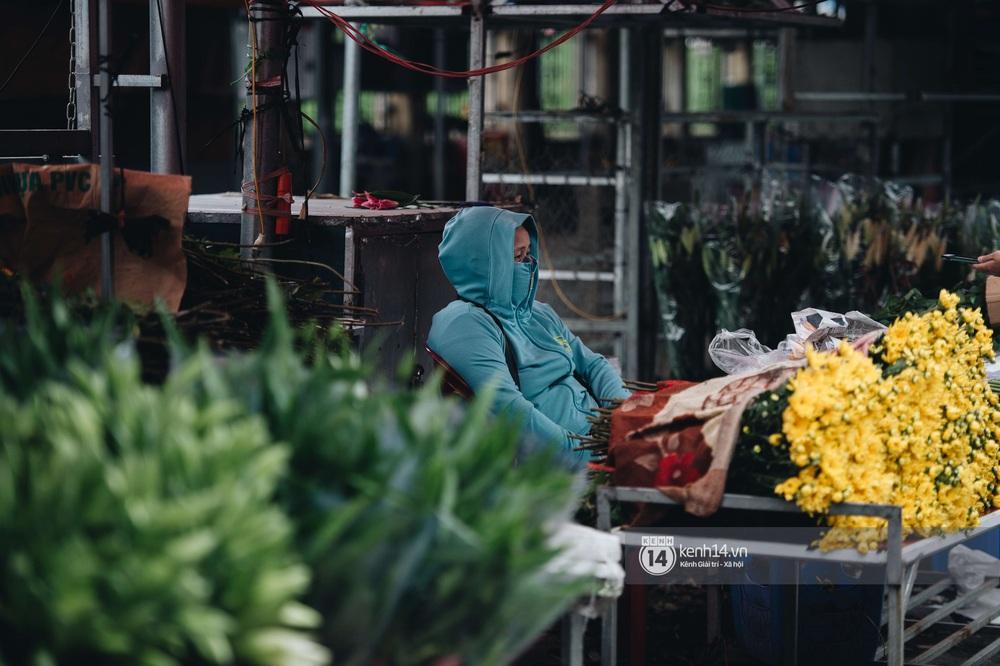 Ngày đầu Hà Nội nới lỏng giãn cách xã hội, người dân thong thả đi mua hoa thắp hương mùng 1 đầu tháng - Ảnh 2.