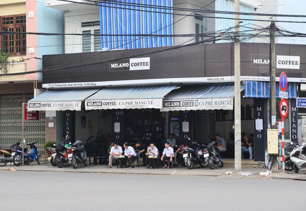 Đà Nẵng ngày đầu nới lỏng giãn cách xã hội: Một số người dân ra đường thưởng thức cafe, tắm biển - Ảnh 6.