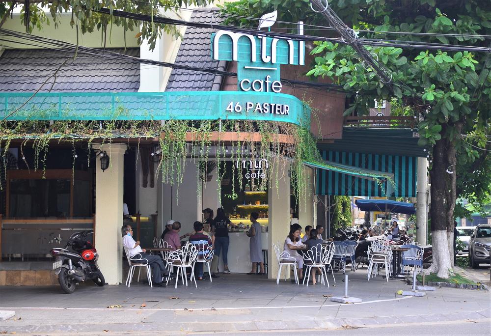 Đà Nẵng ngày đầu nới lỏng giãn cách xã hội: Một số người dân ra đường thưởng thức cafe, tắm biển - Ảnh 7.