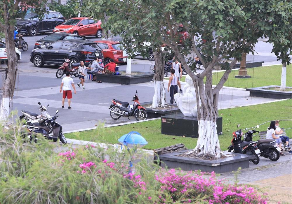 Đà Nẵng ngày đầu nới lỏng giãn cách xã hội: Một số người dân ra đường thưởng thức cafe, tắm biển - Ảnh 9.