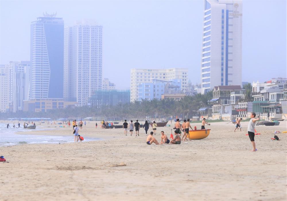 Đà Nẵng ngày đầu nới lỏng giãn cách xã hội: Một số người dân ra đường thưởng thức cafe, tắm biển - Ảnh 8.