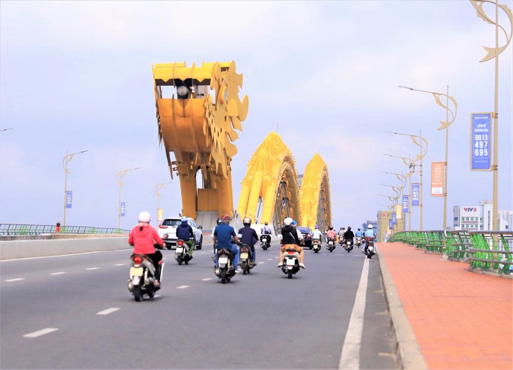 Đà Nẵng ngày đầu nới lỏng giãn cách xã hội: Một số người dân ra đường thưởng thức cafe, tắm biển - Ảnh 2.