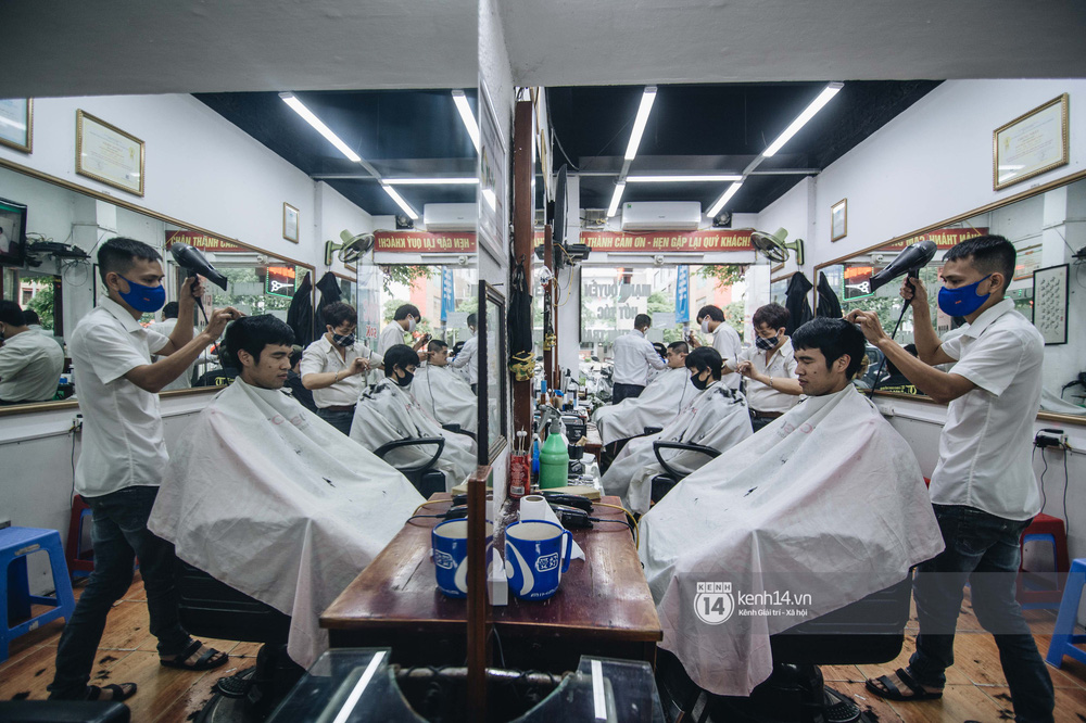 Người Hà Nội ngồi đợi được cắt tóc sau 3 tuần cách ly xã hội - Ảnh 3.
