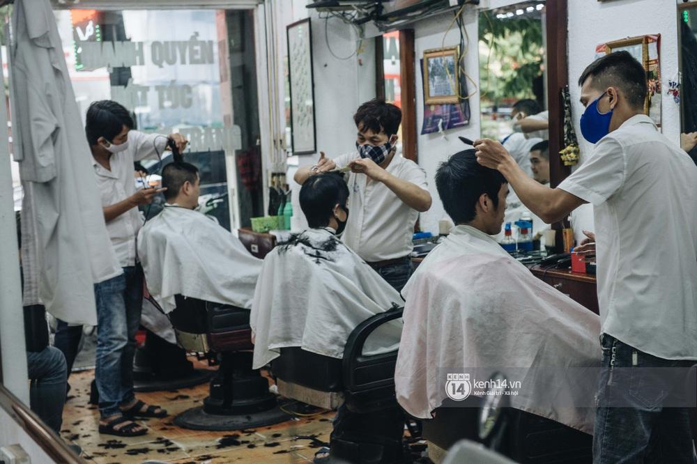 Người Hà Nội ngồi đợi được cắt tóc sau 3 tuần cách ly xã hội - Ảnh 5.