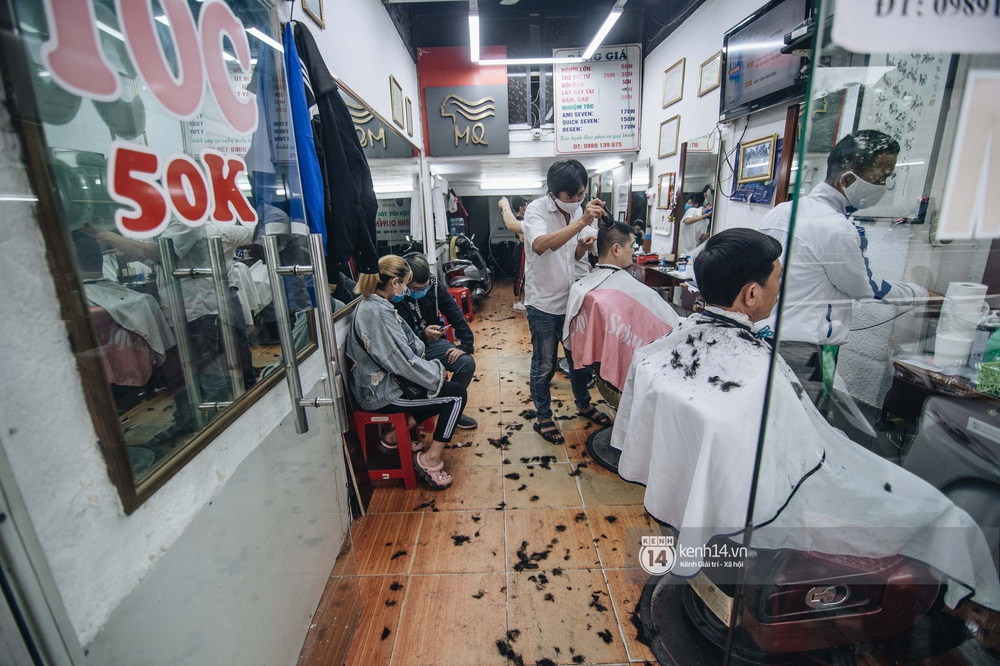 Người Hà Nội ngồi đợi được cắt tóc sau 3 tuần cách ly xã hội - Ảnh 2.