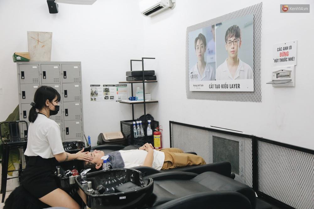 Người Sài Gòn đổ xô đi cắt tóc sau 3 tuần giãn cách xã hội, tiệm tóc phải từ chối khách vì quá đông - Ảnh 13.
