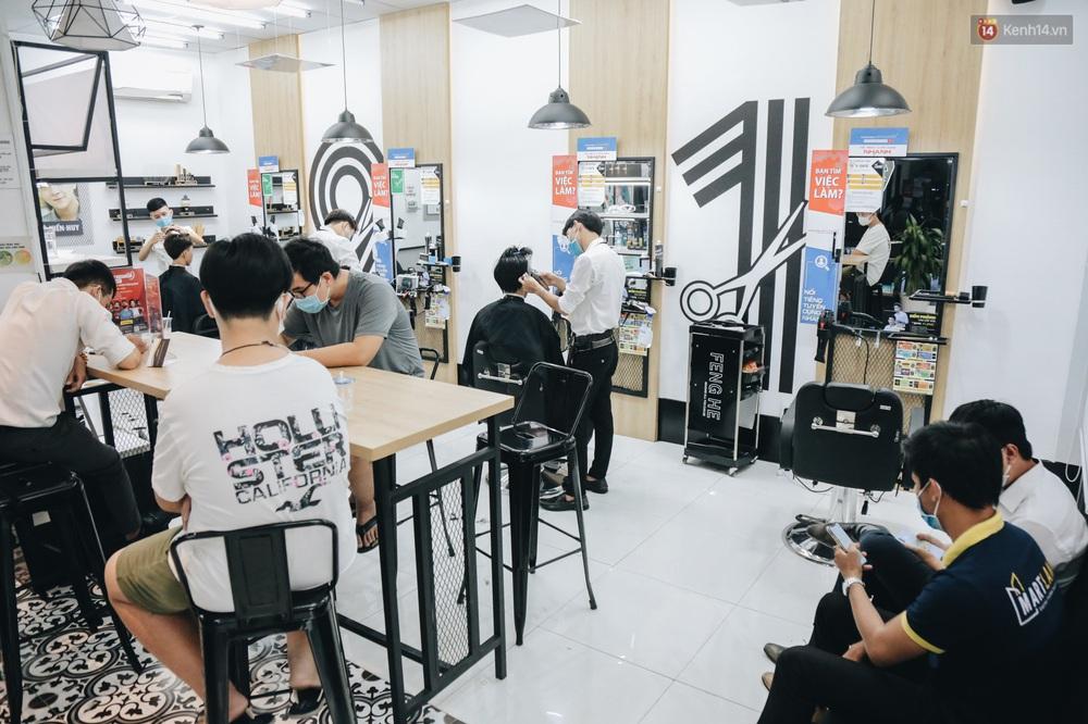 Người Sài Gòn đổ xô đi cắt tóc sau 3 tuần giãn cách xã hội, tiệm tóc phải từ chối khách vì quá đông - Ảnh 6.