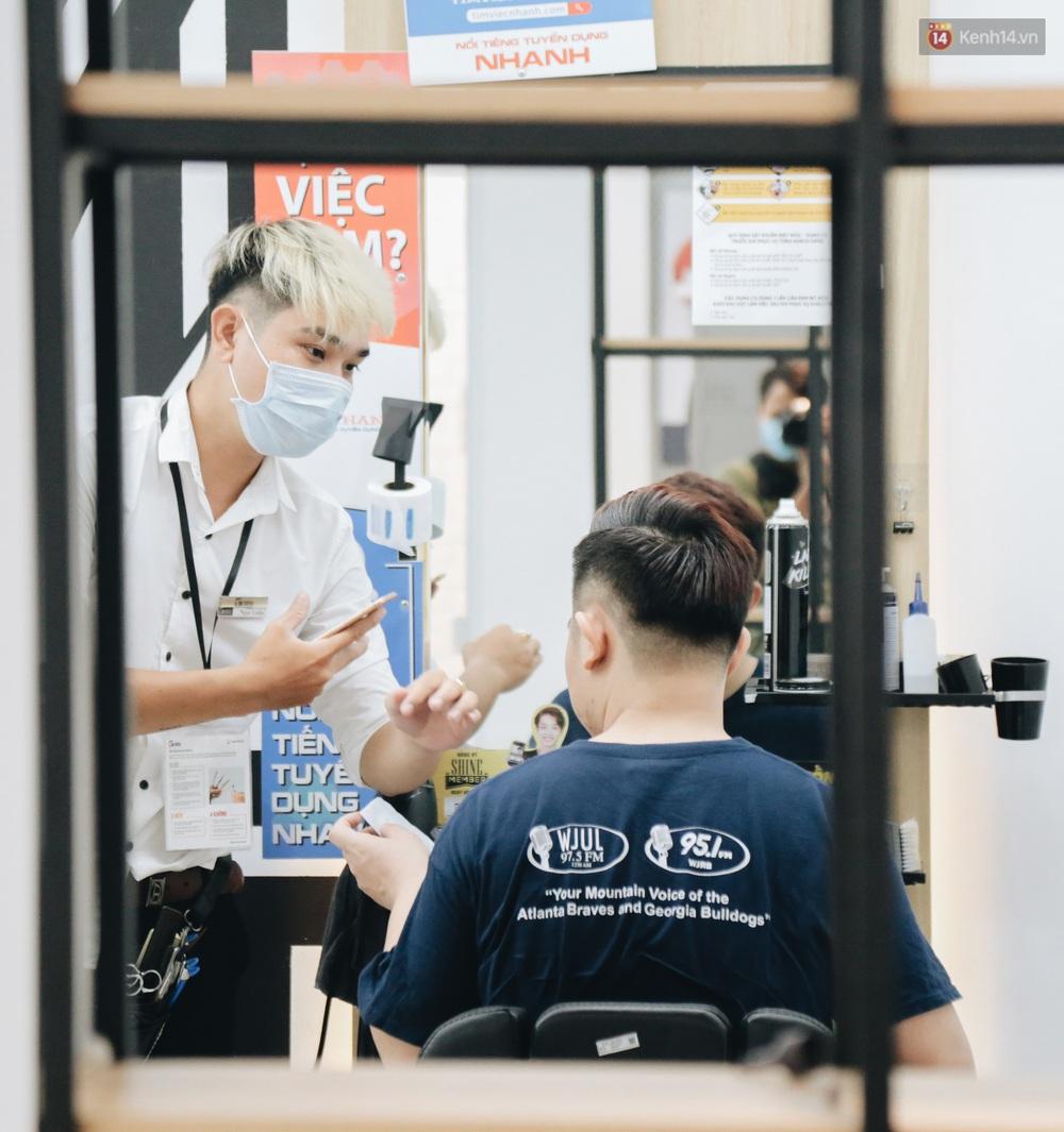 Người Sài Gòn đổ xô đi cắt tóc sau 3 tuần giãn cách xã hội, tiệm tóc phải từ chối khách vì quá đông - Ảnh 11.