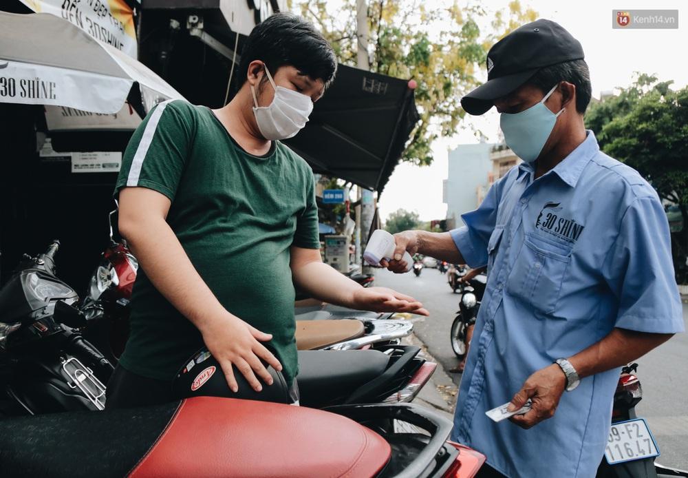 Người Sài Gòn đổ xô đi cắt tóc sau 3 tuần giãn cách xã hội, tiệm tóc phải từ chối khách vì quá đông - Ảnh 2.