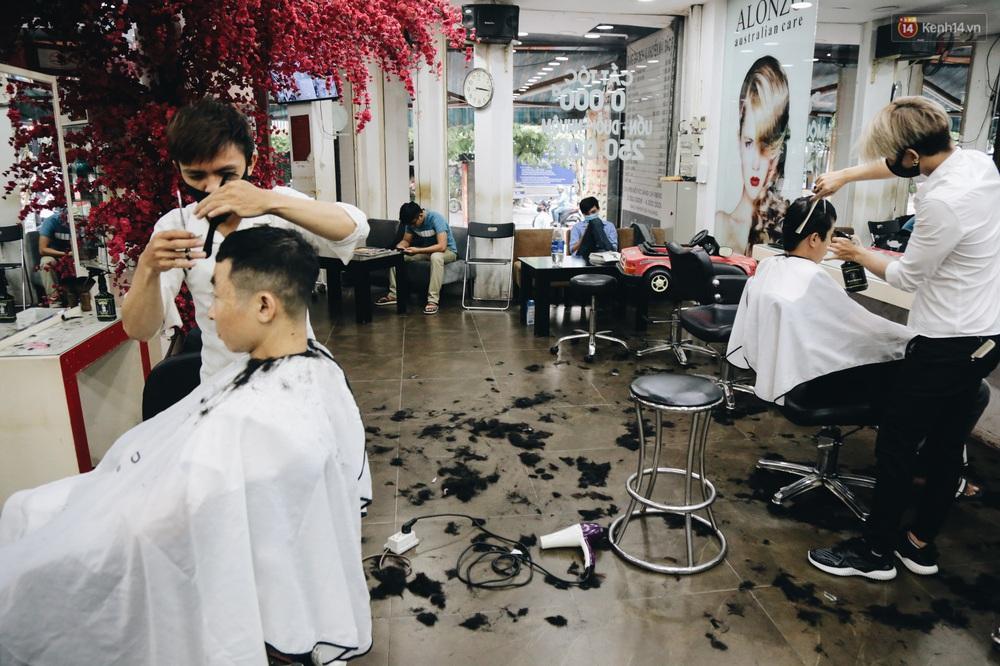 Người Sài Gòn đổ xô đi cắt tóc sau 3 tuần giãn cách xã hội, tiệm tóc phải từ chối khách vì quá đông - Ảnh 14.