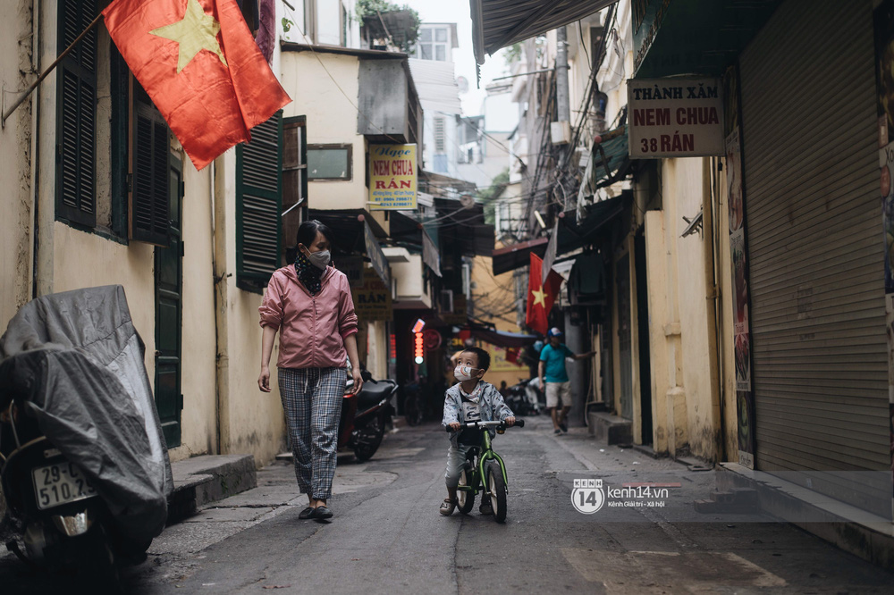 Ảnh: Hà Nội rực rỡ cờ hoa, người dân thảnh thơi tận hưởng nhịp sống bình yên dịp lễ 30/4 - Ảnh 8.