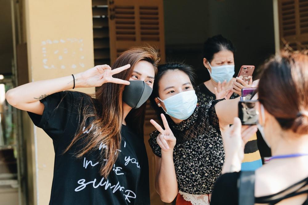 Ảnh: Người mẫu Võ Hoàng Yến và hơn 900 người được về nhà sau khi hoàn thành cách ly ở Sài Gòn, ký tên lưu lại kỷ niệm phòng chống dịch Covid-19 - Ảnh 8.