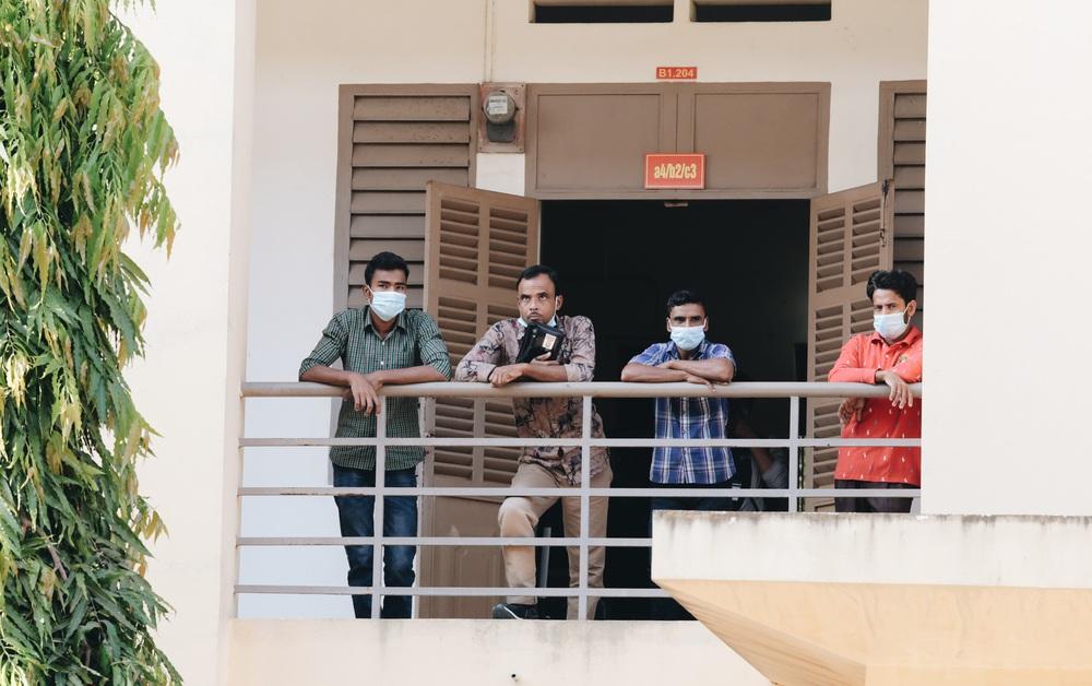 Ảnh: Người mẫu Võ Hoàng Yến và hơn 900 người được về nhà sau khi hoàn thành cách ly ở Sài Gòn, ký tên lưu lại kỷ niệm phòng chống dịch Covid-19 - Ảnh 4.