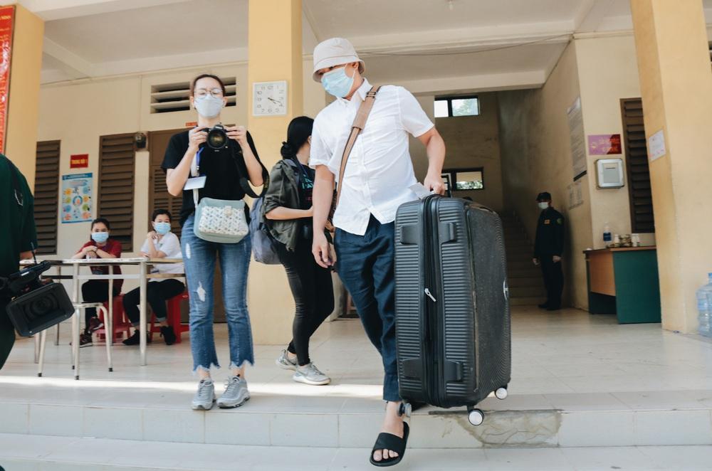 Ảnh: Người mẫu Võ Hoàng Yến và hơn 900 người được về nhà sau khi hoàn thành cách ly ở Sài Gòn, ký tên lưu lại kỷ niệm phòng chống dịch Covid-19 - Ảnh 10.