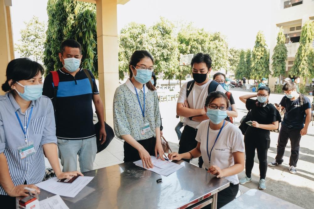 Ảnh: Người mẫu Võ Hoàng Yến và hơn 900 người được về nhà sau khi hoàn thành cách ly ở Sài Gòn, ký tên lưu lại kỷ niệm phòng chống dịch Covid-19 - Ảnh 11.