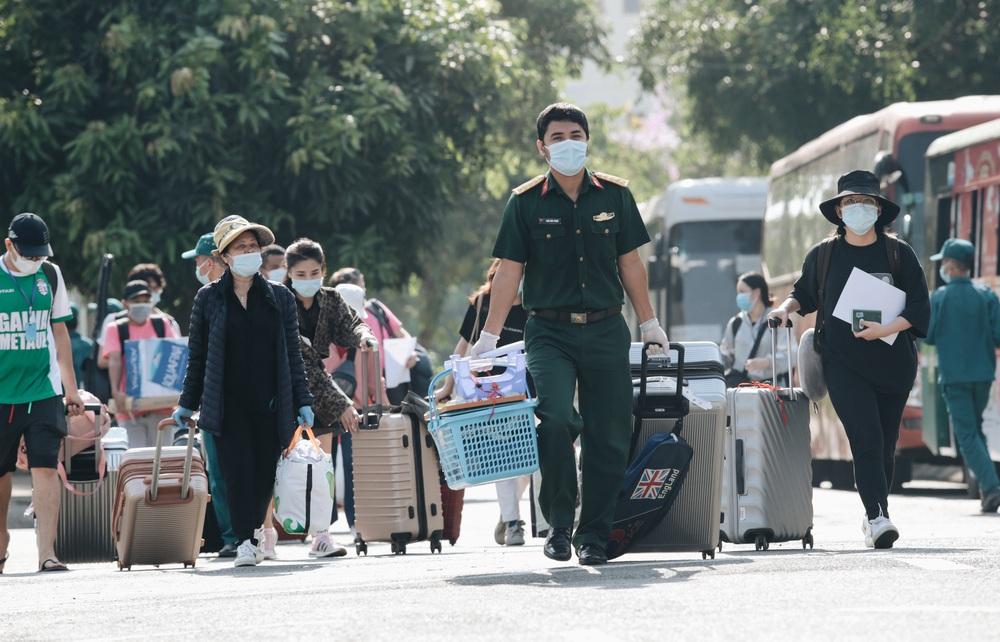 Ảnh: Người mẫu Võ Hoàng Yến và hơn 900 người được về nhà sau khi hoàn thành cách ly ở Sài Gòn, ký tên lưu lại kỷ niệm phòng chống dịch Covid-19 - Ảnh 18.