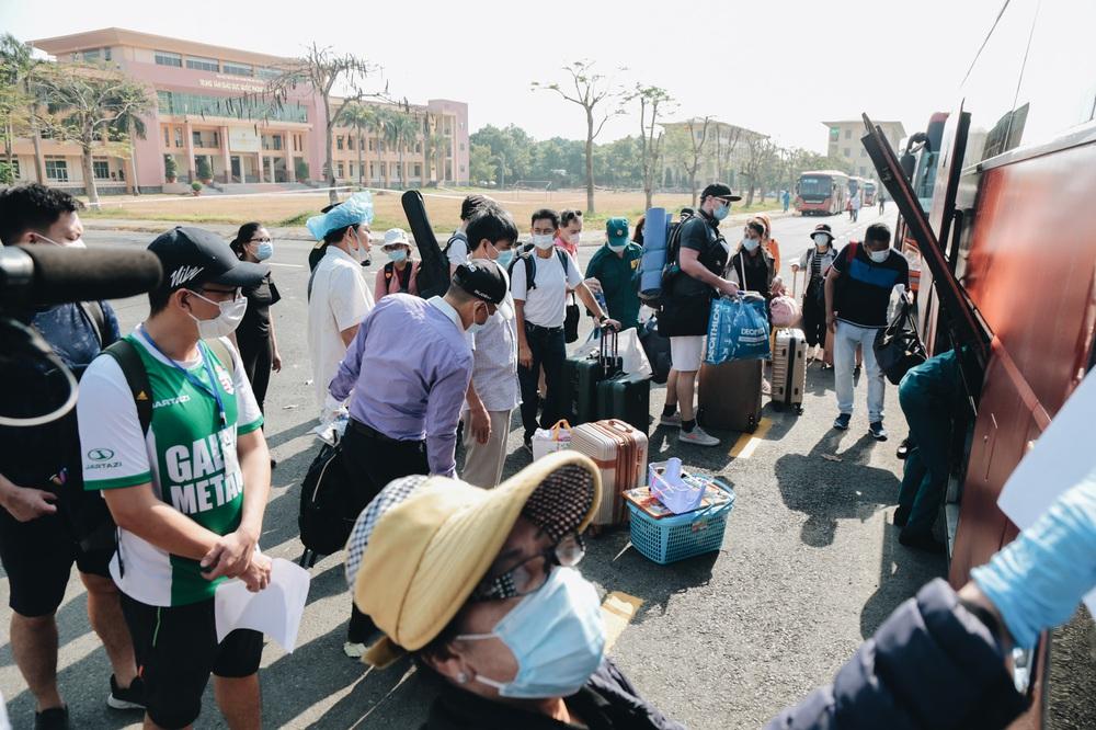Ảnh: Người mẫu Võ Hoàng Yến và hơn 900 người được về nhà sau khi hoàn thành cách ly ở Sài Gòn, ký tên lưu lại kỷ niệm phòng chống dịch Covid-19 - Ảnh 19.