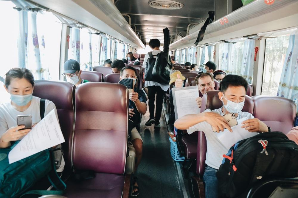 Ảnh: Người mẫu Võ Hoàng Yến và hơn 900 người được về nhà sau khi hoàn thành cách ly ở Sài Gòn, ký tên lưu lại kỷ niệm phòng chống dịch Covid-19 - Ảnh 20.