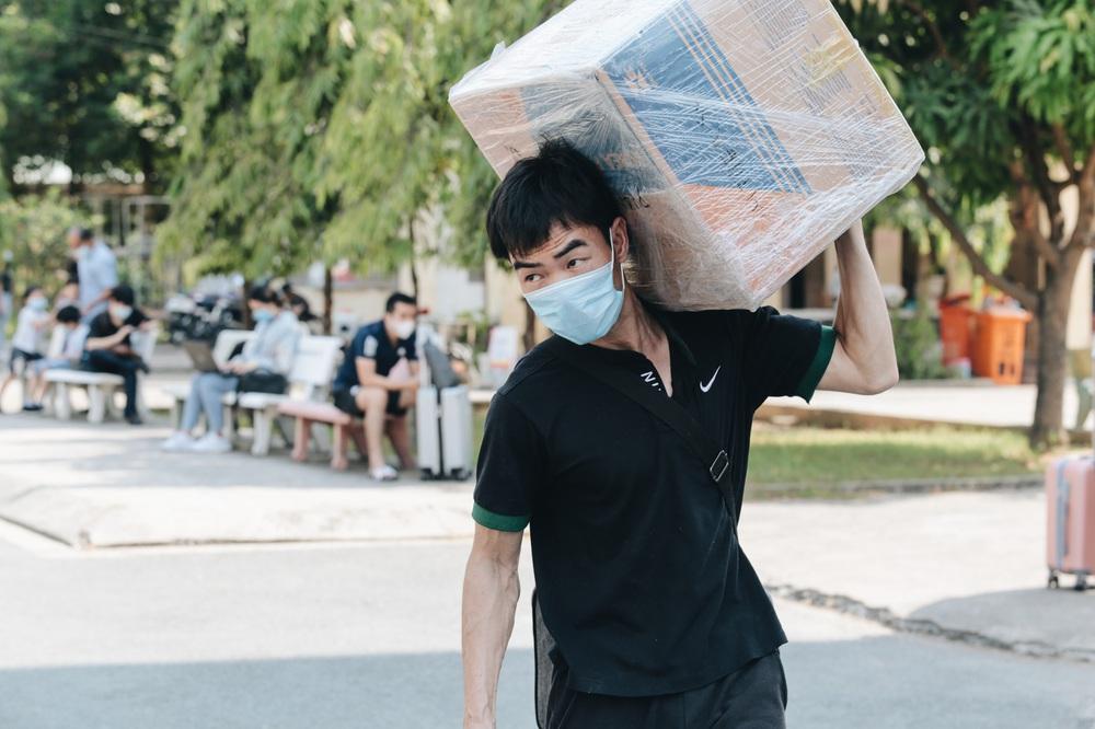Ảnh: Người mẫu Võ Hoàng Yến và hơn 900 người được về nhà sau khi hoàn thành cách ly ở Sài Gòn, ký tên lưu lại kỷ niệm phòng chống dịch Covid-19 - Ảnh 16.