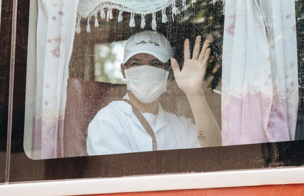 Ảnh: Người mẫu Võ Hoàng Yến và hơn 900 người được về nhà sau khi hoàn thành cách ly ở Sài Gòn, ký tên lưu lại kỷ niệm phòng chống dịch Covid-19 - Ảnh 21.
