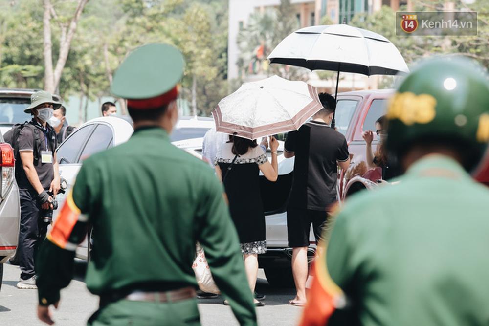 Chiếc khẩu trang ướt đẫm mồ hôi của anh dân quân ở khu cách ly, khuân vác hành lý giúp người cách ly về nhà trong niềm vui - Ảnh 17.