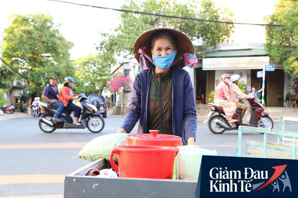 Dùng xe tải phát hơn 4 tấn gạo miễn phí cho người nghèo để tránh tập trung đông người trong mùa dịch - Ảnh 11.