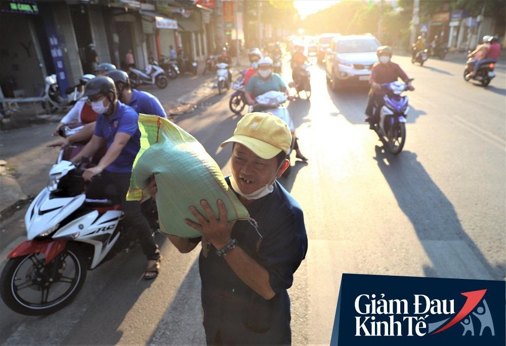 Dùng xe tải phát hơn 4 tấn gạo miễn phí cho người nghèo để tránh tập trung đông người trong mùa dịch - Ảnh 6.
