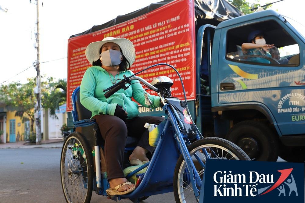 Dùng xe tải phát hơn 4 tấn gạo miễn phí cho người nghèo để tránh tập trung đông người trong mùa dịch - Ảnh 12.