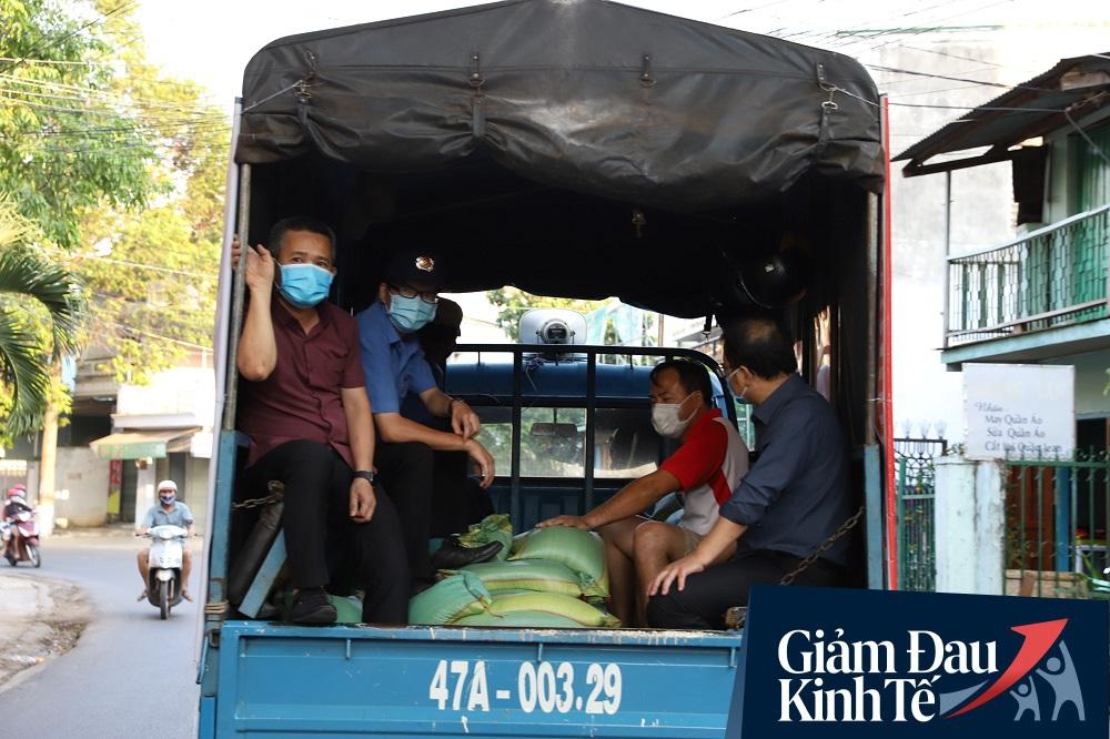 Dùng xe tải phát hơn 4 tấn gạo miễn phí cho người nghèo để tránh tập trung đông người trong mùa dịch - Ảnh 13.