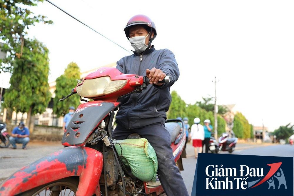 Dùng xe tải phát hơn 4 tấn gạo miễn phí cho người nghèo để tránh tập trung đông người trong mùa dịch - Ảnh 15.