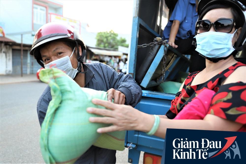 Dùng xe tải phát hơn 4 tấn gạo miễn phí cho người nghèo để tránh tập trung đông người trong mùa dịch - Ảnh 8.