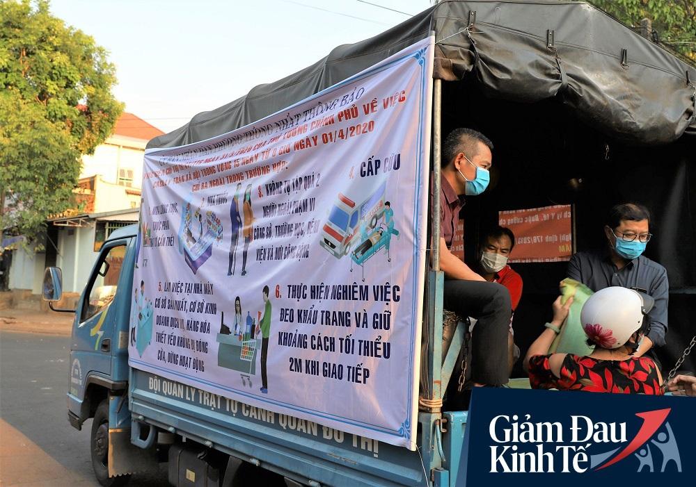 Dùng xe tải phát hơn 4 tấn gạo miễn phí cho người nghèo để tránh tập trung đông người trong mùa dịch - Ảnh 4.