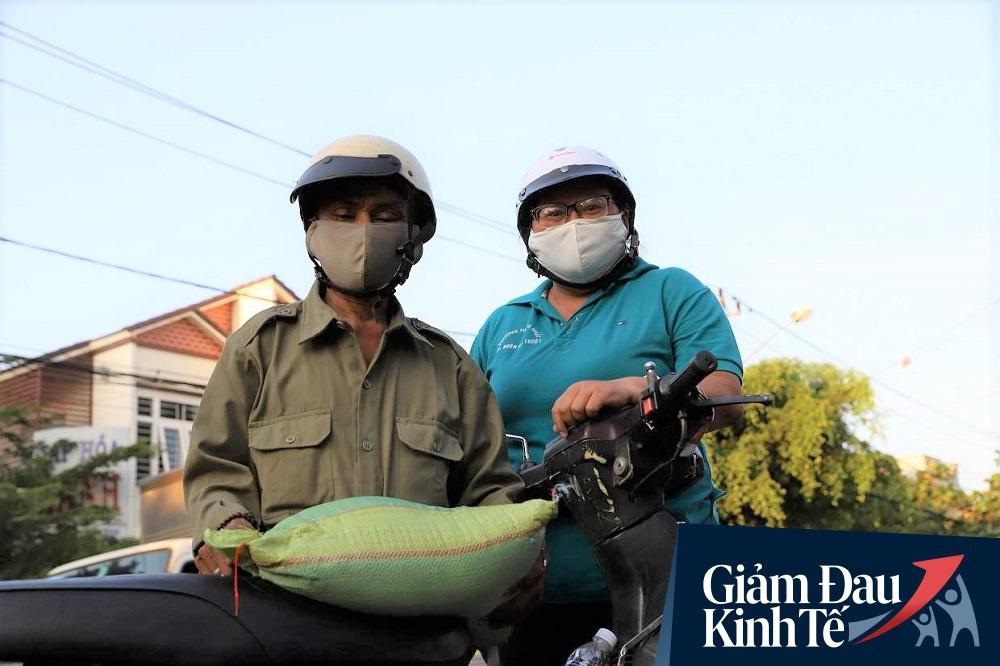 Dùng xe tải phát hơn 4 tấn gạo miễn phí cho người nghèo để tránh tập trung đông người trong mùa dịch - Ảnh 14.