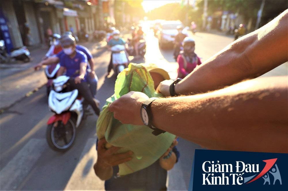 Dùng xe tải phát hơn 4 tấn gạo miễn phí cho người nghèo để tránh tập trung đông người trong mùa dịch - Ảnh 5.