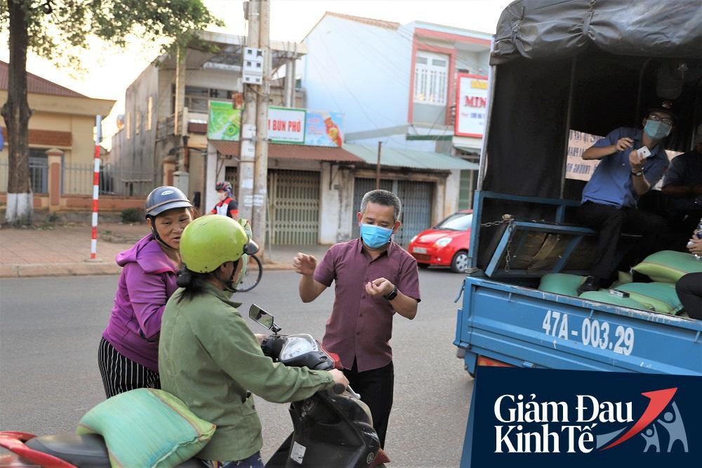 Dùng xe tải phát hơn 4 tấn gạo miễn phí cho người nghèo để tránh tập trung đông người trong mùa dịch - Ảnh 1.