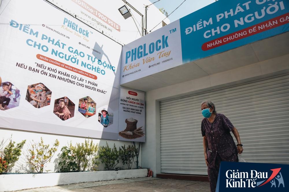 Máy ATM nhả ra gạo miễn phí cho người nghèo giữa thời dịch ở Sài Gòn, đảm bảo không một ai bị bỏ lại phía sau - Ảnh 11.