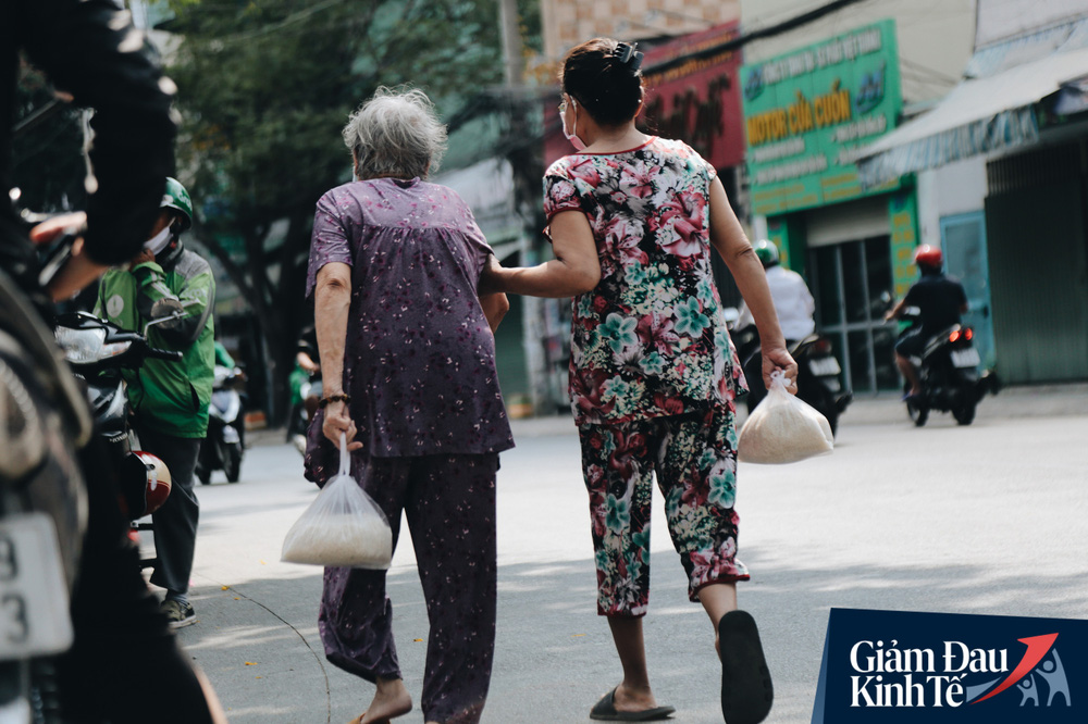 Máy ATM nhả ra gạo miễn phí cho người nghèo giữa thời dịch ở Sài Gòn, đảm bảo không một ai bị bỏ lại phía sau - Ảnh 12.